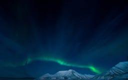 La aurora boreal en las montañas de Svalbard, Longyearbyen, Spitsbergen, papel pintado de Noruega Fotos de archivo libres de regalías