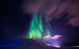 La aurora boreal en las montañas de Svalbard, Longyearbyen, Spitsbergen, papel pintado de Noruega Foto de archivo libre de regalías