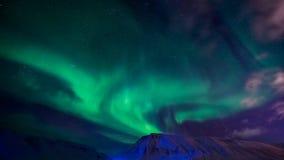 La aurora boreal en las montañas de Svalbard, Longyearbyen, Spitsbergen, papel pintado de Noruega Foto de archivo