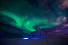 La aurora boreal en las montañas de Svalbard, Longyearbyen, Spitsbergen, papel pintado de Noruega Imagenes de archivo