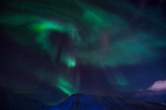La aurora boreal en las montañas de Svalbard, Longyearbyen, Spitsbergen, papel pintado de Noruega Fotos de archivo