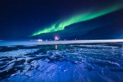 La aurora boreal en las montañas de Svalbard, Longyearbyen, Spitsbergen, papel pintado de Noruega Imagen de archivo libre de regalías