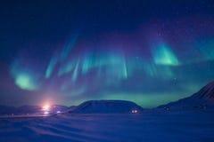 La aurora boreal en las montañas de Svalbard, Longyearbyen, Spitsbergen, papel pintado de Noruega fotografía de archivo