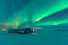 La aurora boreal sobre ruina plana en la ruina vara en Vik, Islandia imagenes de archivo
