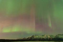 Aurora sobre las montañas Imágenes de archivo libres de regalías