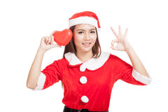 La AUTORIZACIÓN asiática de la demostración de la muchacha de la Navidad con Santa Claus viste con h rojo Imagenes de archivo