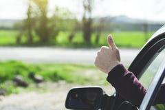 La autorización de la mano del hombre firma en coche imagen de archivo libre de regalías
