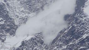 La avalancha está viniendo abajo un glaciar en las montañas del Cáucaso, Rusia metrajes