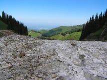 La avalancha fluye abajo desde arriba de la montaña Imagenes de archivo