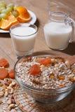 La avena forma escamas con frutos secos y leche y fruta fresca. Fotografía de archivo libre de regalías