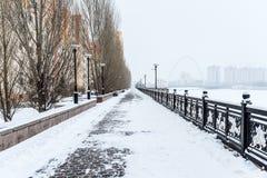 La avenida abandonada en invierno Foto de archivo libre de regalías