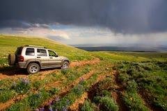 La aventura viaja en montañas imagenes de archivo