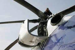 La aviación Enginerr mecánico está repasando el motor del helicóptero Imagen de archivo libre de regalías