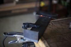 La ayuda de acero se refresca después de soldar con autógena los dos juntos Imágenes de archivo libres de regalías