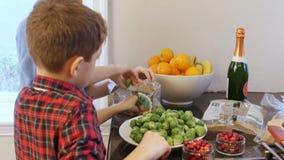 La ayuda de los niños prepara la cena de la Navidad almacen de metraje de vídeo