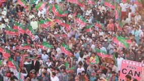 La ayuda de la muchedumbre masiva para el grillo dio vuelta al político Imran Khan durante una reunión política metrajes
