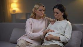 La ayuda de la mujer trastornó al amigo embarazada que se sentía mal y que se preocupaba de salud del bebé metrajes