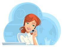 La ayuda sonriente llama por teléfono al operador de sexo femenino en auriculares en la oficina Imagen de archivo