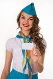 La azafata hermosa sostiene una tarjeta plástica vacía imagen de archivo