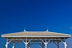 La azotea blanca y el cielo azul Imágenes de archivo libres de regalías