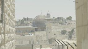 La bóveda de la roca 4k recorre con dificultad la ciudad vieja de la Explanada de las Mezquitas de Jerusalén almacen de video