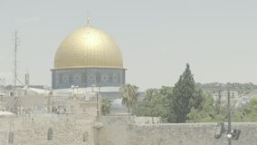 La bóveda de la roca 4k recorre con dificultad la ciudad vieja de la Explanada de las Mezquitas de Jerusalén metrajes