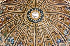 La bóveda de San Pedro en Roma Fotos de archivo
