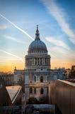 La bóveda de St Pauls Cathedral en Londres en la puesta del sol fotos de archivo