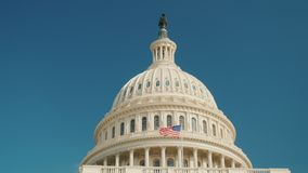 La bóveda del edificio reconocible del capitolio en Washington, DC Contra el cielo azul, él ` s fácil para cerrar almacen de metraje de vídeo