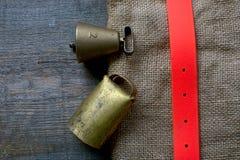 La búsqueda de los accesorios para el perro de caza miente en un paño viejo y de madera Foto de archivo libre de regalías