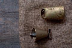 La búsqueda de los accesorios para el perro de caza miente en un paño viejo y de madera Fotografía de archivo