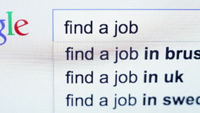 La búsqueda encuentra un trabajo en Google ZILINA, ESLOVAQUIA, EL 4 DE AGOSTO DE 2015 almacen de metraje de vídeo