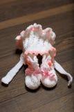 la babbuccia ed il cappuccio del bambino su di legno fotografia stock