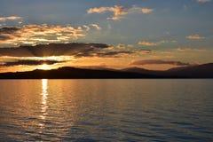 La bacca de Neuchâtel in Svizzera al tramonto Fotografia Stock