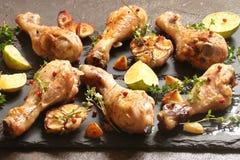 La bacchetta di pollo ha fritto con le spezie, le erbe ed il limone Fotografia Stock Libera da Diritti