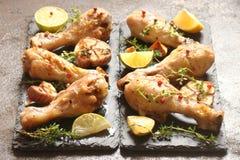 La bacchetta di pollo ha fritto con le spezie, le erbe ed il limone Fotografie Stock