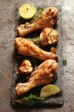 La bacchetta di pollo ha fritto con le spezie, le erbe ed il limone Immagini Stock Libere da Diritti