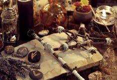La bacchetta magica, il pentagramma, il mazzo della lavanda, lepidottero e rune, ha tonificato l'immagine immagine stock