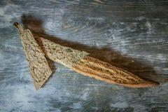 La baguette fran?aise traditionnelle, un type de cannelure de ficelle, moiti? a d?coup? en tranches dans la coupe de pain grill?, images stock