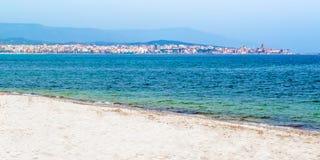 La bahía de Alghero en Cerdeña, Italia foto de archivo