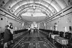 La bahía de cargo de un militar del C-17 Globemaster III del U.S.A.F. Boeing transporta los aviones en Singapur Airshow Fotografía de archivo