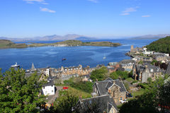 La bahía de Oban, isla de Kerrera y reflexiona sobre, Escocia Imagenes de archivo