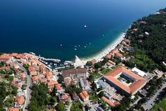 La bahía del draga de Moscenicka y la arena natural larga enarenan la foto del aire de la playa en Croacia Imagenes de archivo