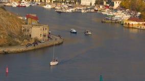 La bahía del mar de la ciudad almacen de video