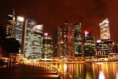 La bahía del puerto deportivo de Nightscop enarena Singapur Fotografía de archivo