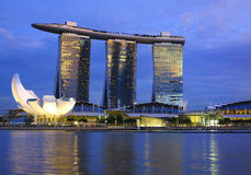 La bahía del puerto deportivo de Singapur enarena el hotel Imágenes de archivo libres de regalías