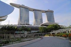 La bahía del puerto deportivo enarena el hotel en Singapur Fotografía de archivo