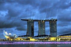 La bahía del puerto deportivo enarena el hotel Singapur Fotografía de archivo