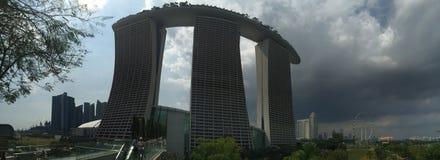 La bahía del puerto deportivo enarena la opinión panorámica del parque del rascacielos Imagen de archivo