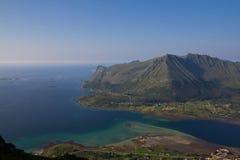 La bahía, el pueblo, las montañas y el océano Fotos de archivo libres de regalías